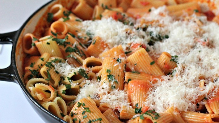 Ригатони с доматено-сметанов сос и пармезан|escape