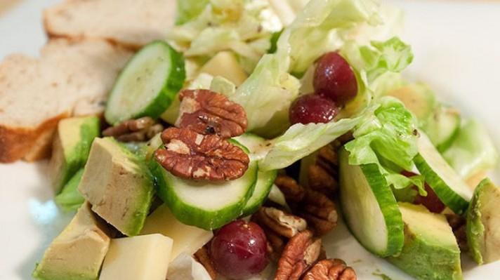 Салата от краставици с орехи и авокадо|escape