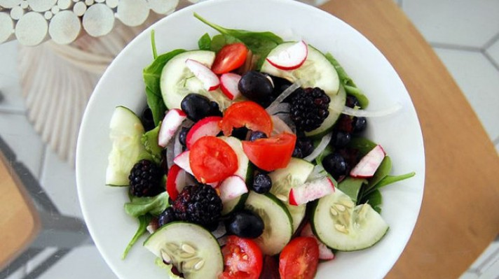 Салата от краставици със спанак и горски плодове|escape
