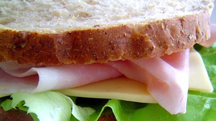 Сандвич от пълнозърнест хляб с шунка, кашкавал и зелена салата