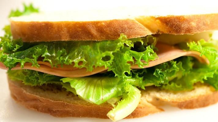 Сандвич с мортадела и зелена салата|escape