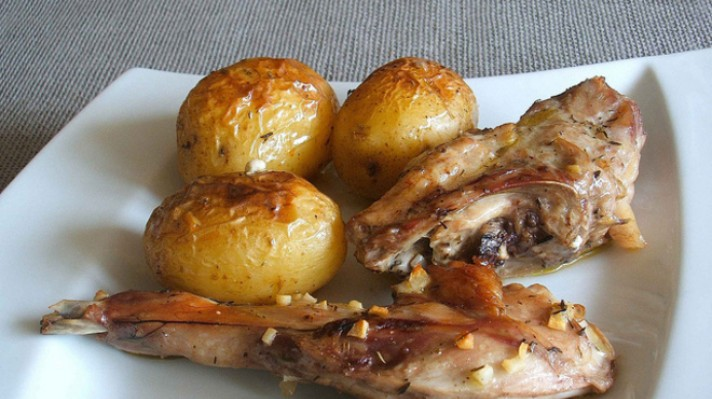Заешко месо с картофи
