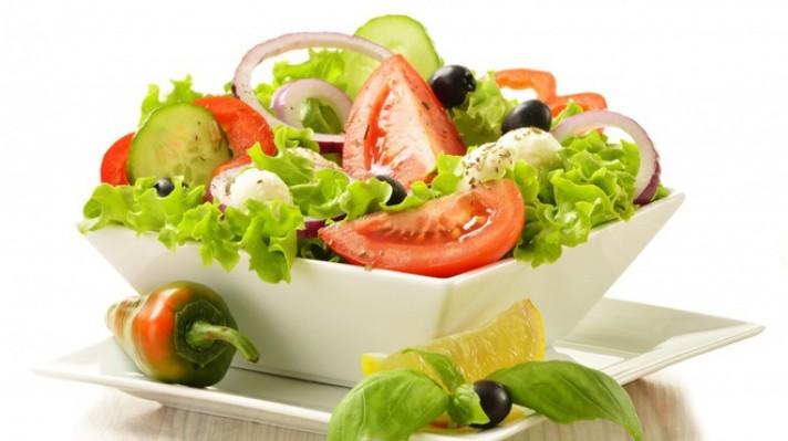 Зелена салата с червен лук, маслини и моцарела|escape