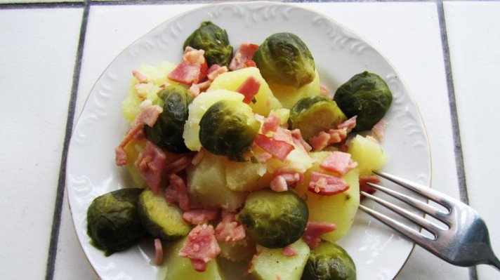 Топла салата с картофи и брюкселско зеле|escape