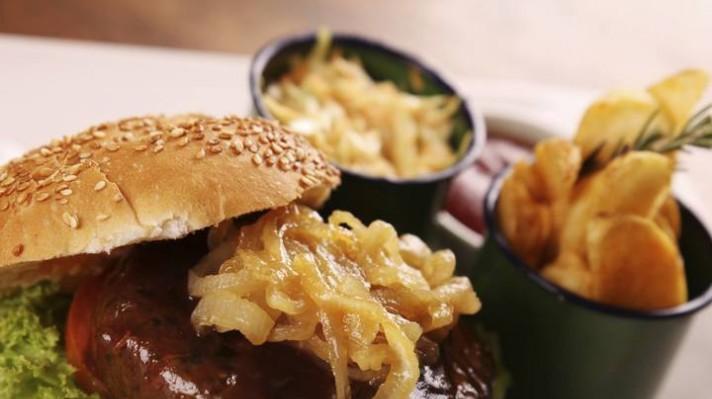 Бургер с телешка кайма, лук и сос барбекю|escape
