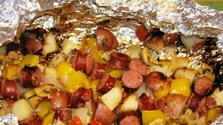 Домашна наденица с картофи и зеленчуци на скара escape