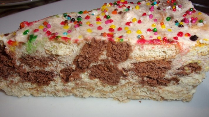 Бисквитена торта с баварски крем