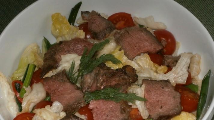 Салата айсберг с телешко месо, чери домати и пресен лук|escape