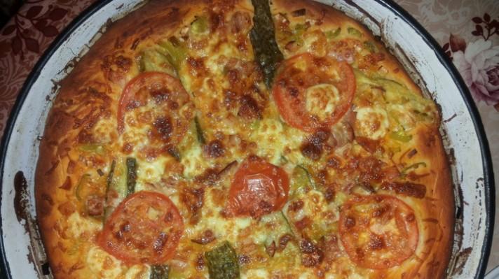 Пица с праз, сирена, пилешко филе и кисели краставички escape