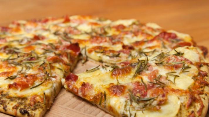Пица с картофи, моцарела и доматен сос|escape