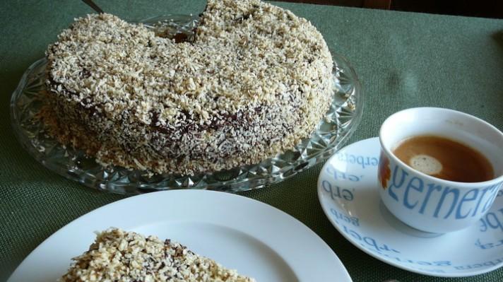Сочна орехова торта