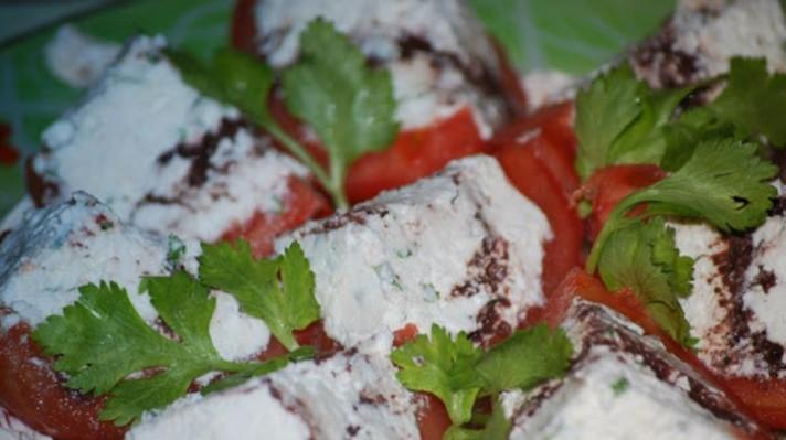 Пълнени домати с крема сирене и маслинена паста