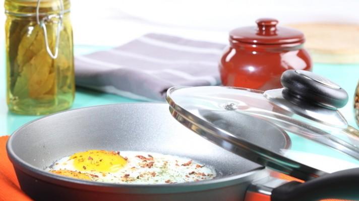 Яйца на очи в пикантен сос