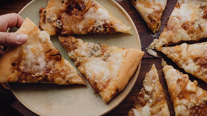 Пица с карамелизиран лук и горгонзола|escape