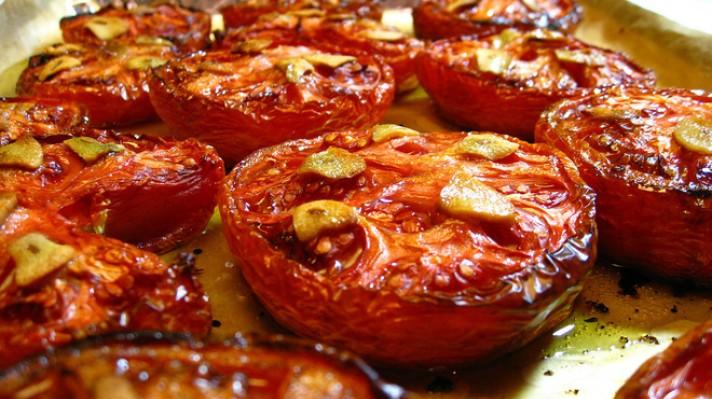 Печени домати с чесън и зехтин|escape