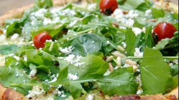 Пица със сирена, рукола и кедрови ядки