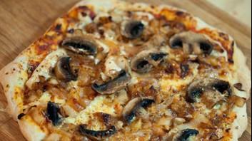 Пица с лук и гъби