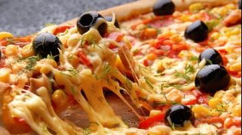 Пица с царевица, чушки и маслини