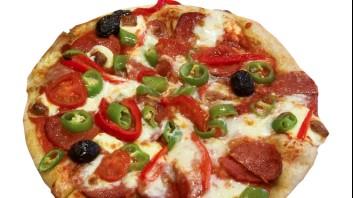 Пица със салам, моцарела и люти чушки
