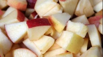 Плодова салата от червени и жълти ябълки