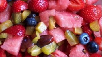 Плодова салата от диня с ягоди и боровинки