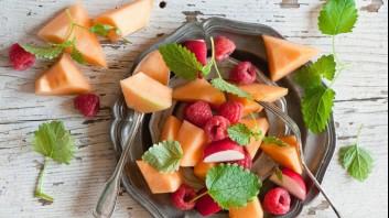 Плодова салата от пъпеш с ябълки и малини