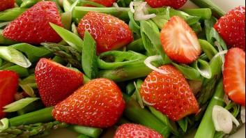 Салата от аспержи с ягоди