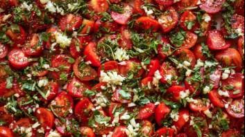 Салата от чери домати с чесън и магданоз
