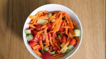 Салата от домати, краставици и моркови