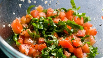 Салата от домати със спанак, орехи и зехтин