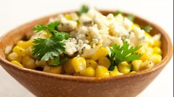 Салата от царевица с лук и синьо сирене