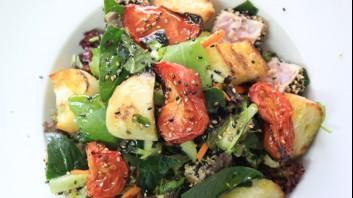 Салата с водорасли, сушени домати и риба тон в сусам