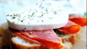Сандвич с пикантен салам и моцарела