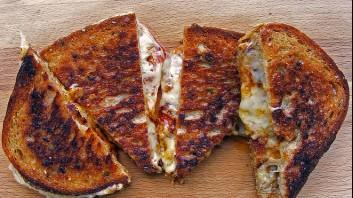 Запечени сандвичи с лютеница и кашкавал