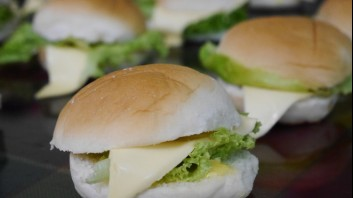 Сандвичи с кашкавал и зелена салата