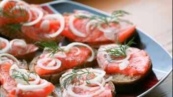 Сандвичи с пушена сьомга и лук
