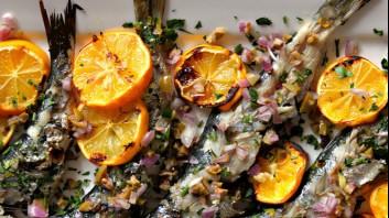 Сардини на грил с маслини и червен лук