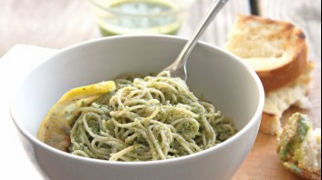 Спагети със сирене и песто