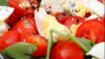 Спаначена салата с чери домати и яйца