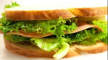 Сандвич с мортадела и зелена салата