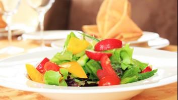 Салата с пролетни зеленчуци, джинджифил и лайм