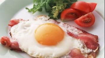 Яйца на очи с бекон