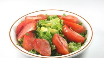 Зелена салата с авокадо и домати