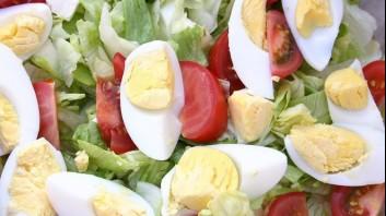 Зелена салата с чери домати и яйца