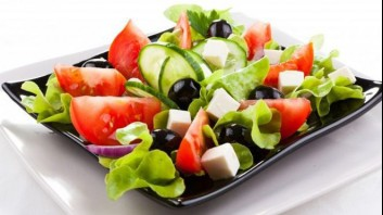 Зелена салата с домати и биволско сирене