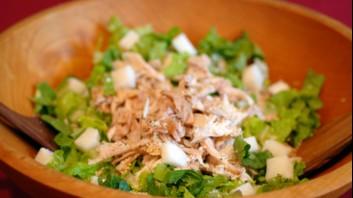 Зелена салата с магданоз и риба тон