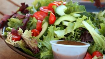 Зелена салата с радичио, краставици и чери домати
