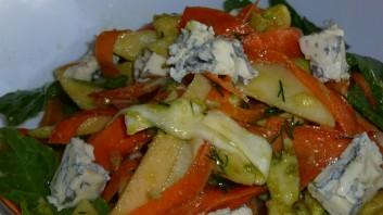 Салата с авокадо, спанак, ябълки и синьо сирене