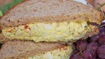 Сандвич с яйца и майонеза