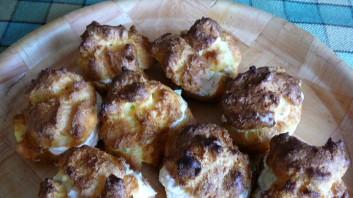 Хапки от еклери с див лук и крема сирене